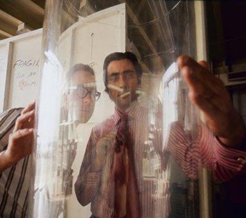 艺术家牛顿·哈里森(右)和喷气推进实验室的技术人员雷·哥斯坦一起