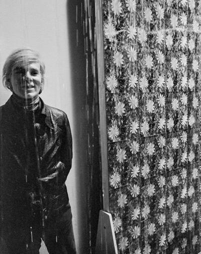 """安迪•沃霍尔站在他的""""艺术与技术""""展览作品""""下雨机器""""的原型旁边,1969年。这件作品是在""""艺术与技术""""展览安排下在1967-1971年期间与考雷斯通讯公司合作完成的。"""