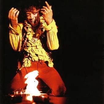 吉米·亨德里克斯(Jimi Hendrix)燃烧自己的电吉他