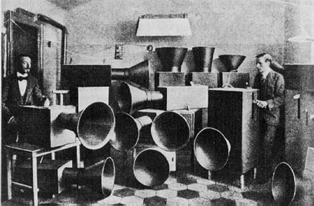 """1913年3月11日,未来派艺术家路易吉·卢梭罗将他的宣言《噪音的艺术》出版。1914年4月21日,他在米兰举办第一次的""""噪音的艺术""""音乐会。"""